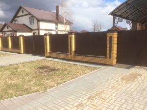 Забор из профлиста (профнастила) с кирпичными столбами