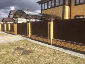 Кирпичный забор с навесом