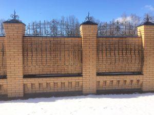 Кирпичный забор с ковкой - Рязань