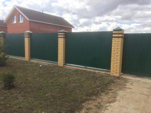Забор из профлиста (профнастила) с кирпичными столбами - зелёный
