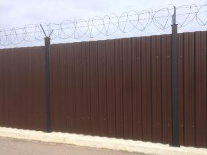 Забор из профлиста (профнастила) с колючей проволокой