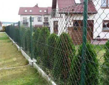 Какой забор выбрать для садовых посадок?