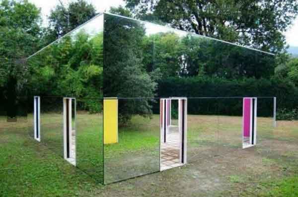 Зеркальный забор – шедевр и удивление для прохожих