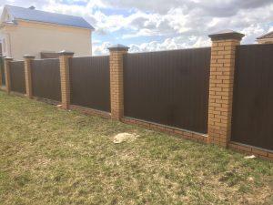 Забор из профлиста (профнастила) с кирпичными столбами - коричневый