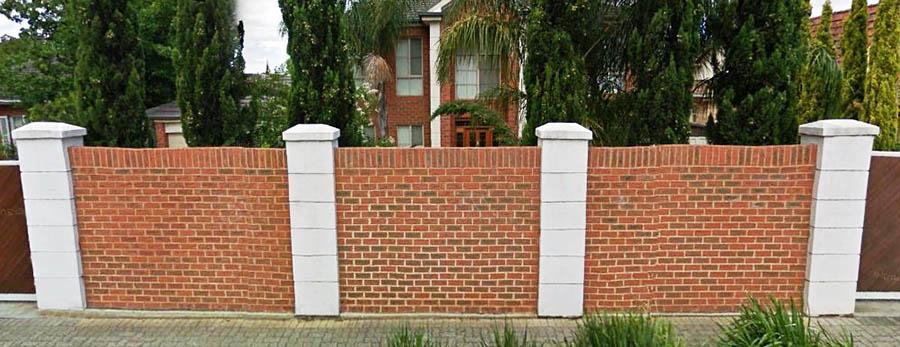 Кирпичный забор в ряд