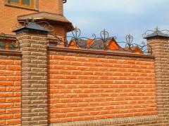 Полностью кирпичный забор